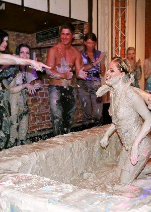 Бои телок в грязи, они вываляли друг друга, потом начали раздеваться и получать удовольствия от скольжения тел - фото 13