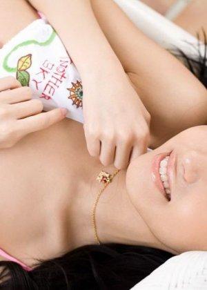 Прекрасная японская милаха показывает свою свежее тело - фото 15