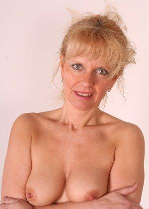 Зрелая женщина приподнимает платье, чтоб показать всё то, что у нее скрыто под трусиками - фото 5