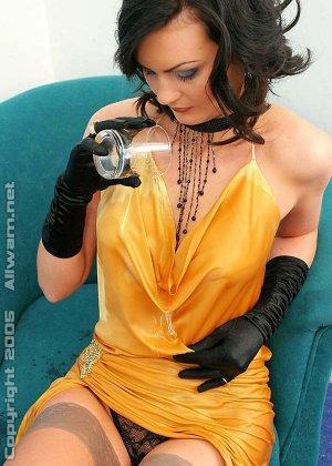 Брюнетка обливает себя водой, она в одежде и чулках, но ей нравится чувствовать себя влажной - фото 15
