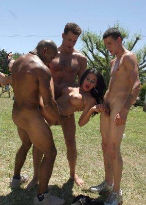 Одну девушку трахают сразу несколько мужчин прямо на природе, а она получает удовольствие - фото 5