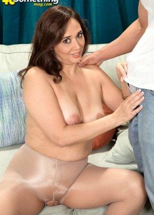 Зрелая дамочка соблазняет молодого парня, а он показывает ей класс в анальном сексе и не только - фото 1