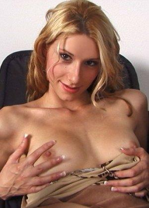 Сексуальная деваха показывает округлые бедра и сладкое анальное отверстие - фото 12