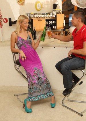 Блондинка выпивала с парнем, пока он не захотел засунуть бутылку ей в пизду, телке понравилось, теперь мужик имеет ее в жопу - фото 8