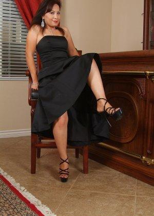 Зрелая азиатка элегантно приподнимает платье и показывает себя - фото 10