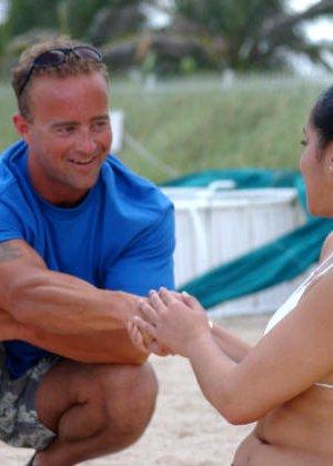 Латина загорала на пляже и позволила мужчине потрогать ее пизду - фото 6
