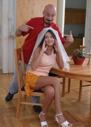 Мужику нравится секс с невестами, он просит проститутку надеть фату, затем имеет ее в жопу после пизды - фото 9