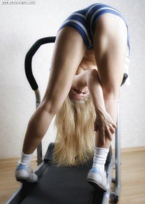 Гибкая блондинка Анна занимается на тренажере голой, как только снимает шорты, так она чувствует себя свободней, тем более что выходит классное эротическое соло - фото 10