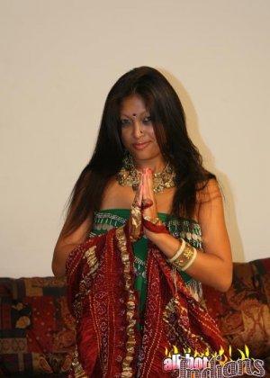 Стриптиз от индианской женщины - фото 10