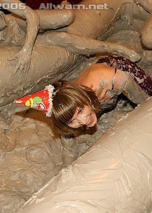 Борьба в грязи, телки раздеваются до трусов во время публичной драки в бассейне с грязью - фото 3