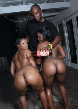 Две темнокожие дамочки расслабляются в компании друг друга, позволяя негру себя оттрахать - фото 5