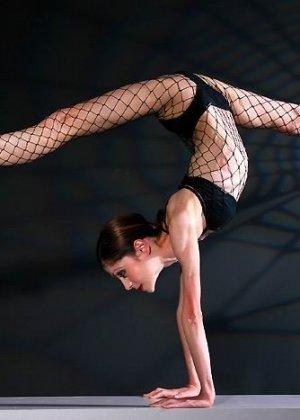 Худая балерина демонстрирует свою гибкость - фото 2