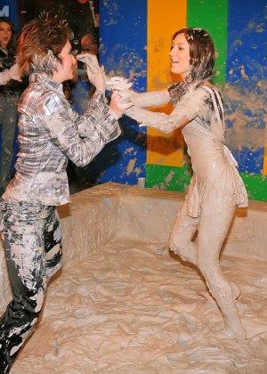 Девки занимаются борьбой в грязи - фото 9