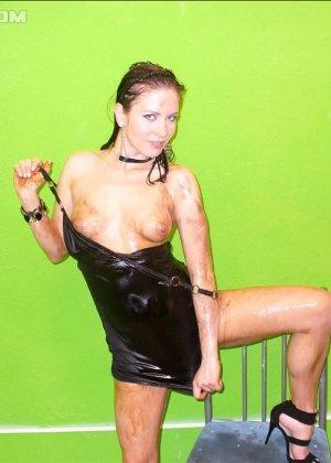 Девушка облила себя чем-то скользким и немного позадирала короткое платье - фото 4