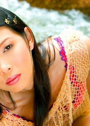 Азиатка отдыхает у воды, снимая белье и показывая торчащие сиськи и выбритую в области промежности пизду - фото 7