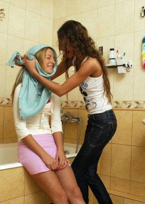 Две лесбиянки помогают друг другу раздеться перед душем, они намерены не трахаться, а немного поиграть - фото 10