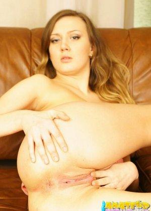 Светловолосая похотливая девка трогает свои дырки неспроста, ей нравятся ласки ануса и мастурбация всегда доводит до оргазма - фото 12
