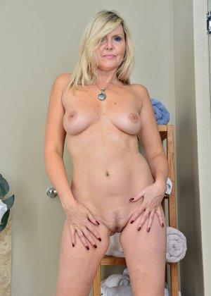 Пожилая блондинка хочет заняться мастурбацией - фото 9