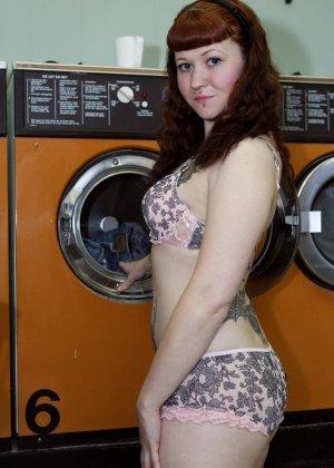 Девка зашла в прачечную и решила постирать все, даже белье, в котором пришла, поэтому ей приходится ждать голой - фото 15