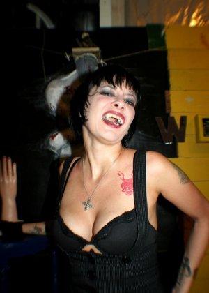Татуированная вампирша показывает пизду - фото 10