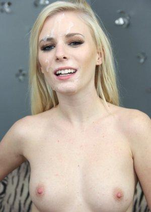 Все лицо блондинки в сперме после минета от первого лица - фото 5