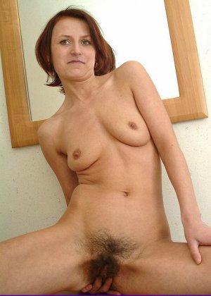 Зрелая женщина предстает перед камерой абсолютно голая – ей не стыдно показать свою волосатую пизду - фото 11