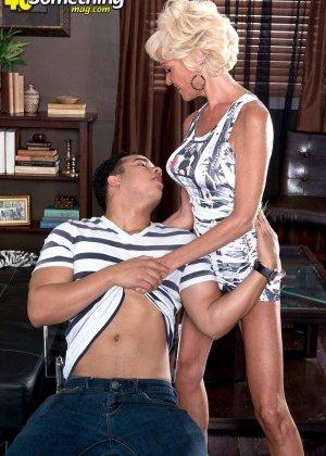 Опытная Ники запросто соблазняет молодого мужчину и он устраивает ей качественный секс - фото 11