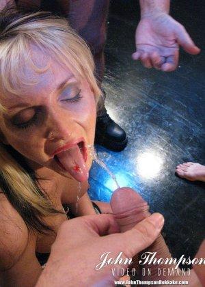 Надзиратели в тюрьме трахают телку в жопу и толпой ссут на нее, она пьет мочу мужиков а в конце лишается чувств - фото 9