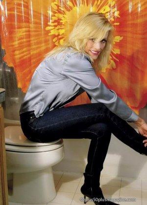 Женщины после сорока тоже могут выглядеть сексуально – это доказывает красивая блондинка в душе - фото 7