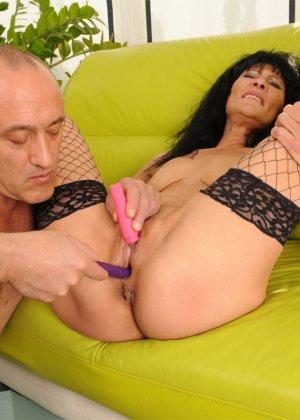 Зрелой брюнетке Регине муж трахает вагину вибраторами, потом сует туда свой хер и наконец, доводит потаскушку до экстаза - фото 16