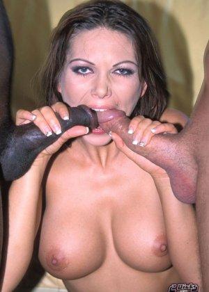Два члена для одной женщины, этого всегда достаточно для яркого оргазма, особенно когда второй пенис черный и большой, парни ебут девку в два члена - фото 8