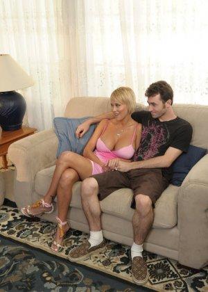 Трахнул худую, сисястую блонду на диване - фото 9