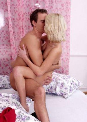 Пара занимается сексом в кровати - фото 7