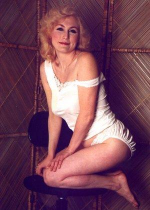 Пожилая грудастая блондинка раздевается до гола, иногда сжимая свои сиськи - фото 6