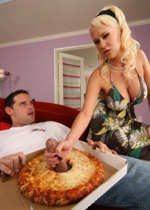 Грудастая блондинка Карли Паркер сосет толстый член, торчащий из коробки с пиццей, потом разносчик все же трахнул девку в пизду - фото 10