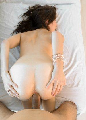 Милая брюнетка принимает в себя мужской член, позволяя трахать в ротик и розовую пездочку - фото 3