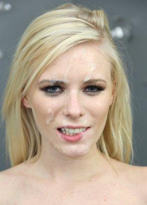 Все лицо блондинки в сперме после минета от первого лица - фото 6