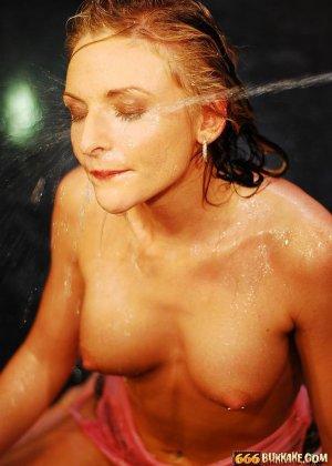 Девушка принимает на себя мощные фонтаны мочи, открыв ротик – ей нравится ублажать мужчин - фото 2