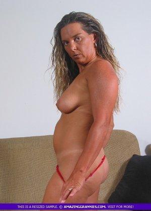 Загорелая пожилая женщина показывает свое тело для тебя - фото 7