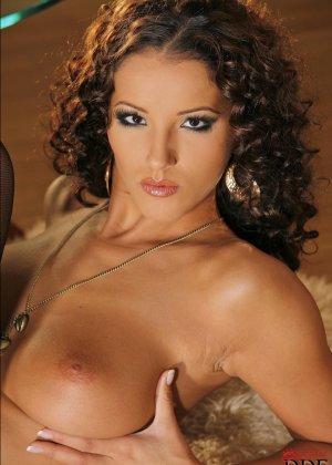 Невероятно красивая девушка Ангел Дарк в черных чулках показывает упругие сиськи и слегка волосатую пизду - фото 8