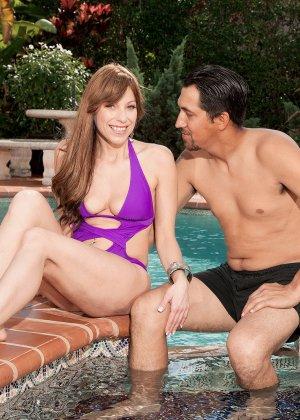 Муж застукал жену, во время ласк с чистильщиком бассейна и трахнул ее вместе с ним - фото 7