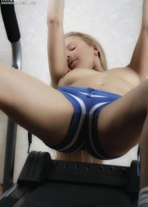 Гибкая блондинка Анна занимается на тренажере голой, как только снимает шорты, так она чувствует себя свободней, тем более что выходит классное эротическое соло - фото 14
