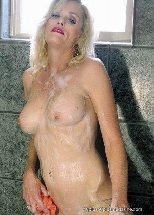 Женщины после сорока тоже могут выглядеть сексуально – это доказывает красивая блондинка в душе - фото 5