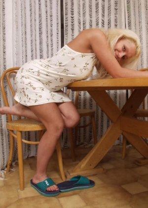 Блондинка снимает с себя все, чтобы показать всем свою грудь с огромными темными сосками - фото 8