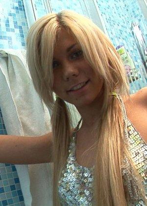 Блондинка в душе трахается с большим толстым дилдо в пизду, ее гладкая щелка туго натягивается на искусственный стояк - фото 8