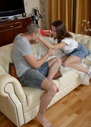 Горячая шатенка готова на красивый нежный секс с парнем всегда, когда он попросит, тем более что он щедр на ласки - фото 9