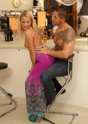 Блондинка выпивала с парнем, пока он не захотел засунуть бутылку ей в пизду, телке понравилось, теперь мужик имеет ее в жопу - фото 10