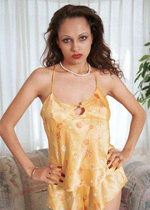 Милая женщина из Индии оголила сиськи - фото 11