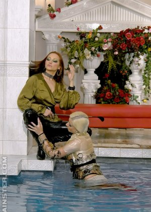 Сексуальная Джина Килмер вместе с подружкой оказываются в бассейне и пробуют друг друга на вкус - фото 10