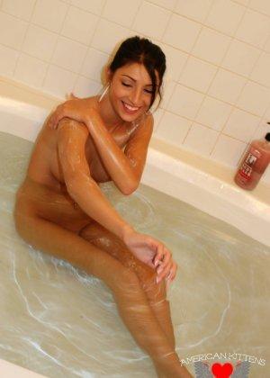 Сексуальная молодая брюнетка в ванной - фото 18
